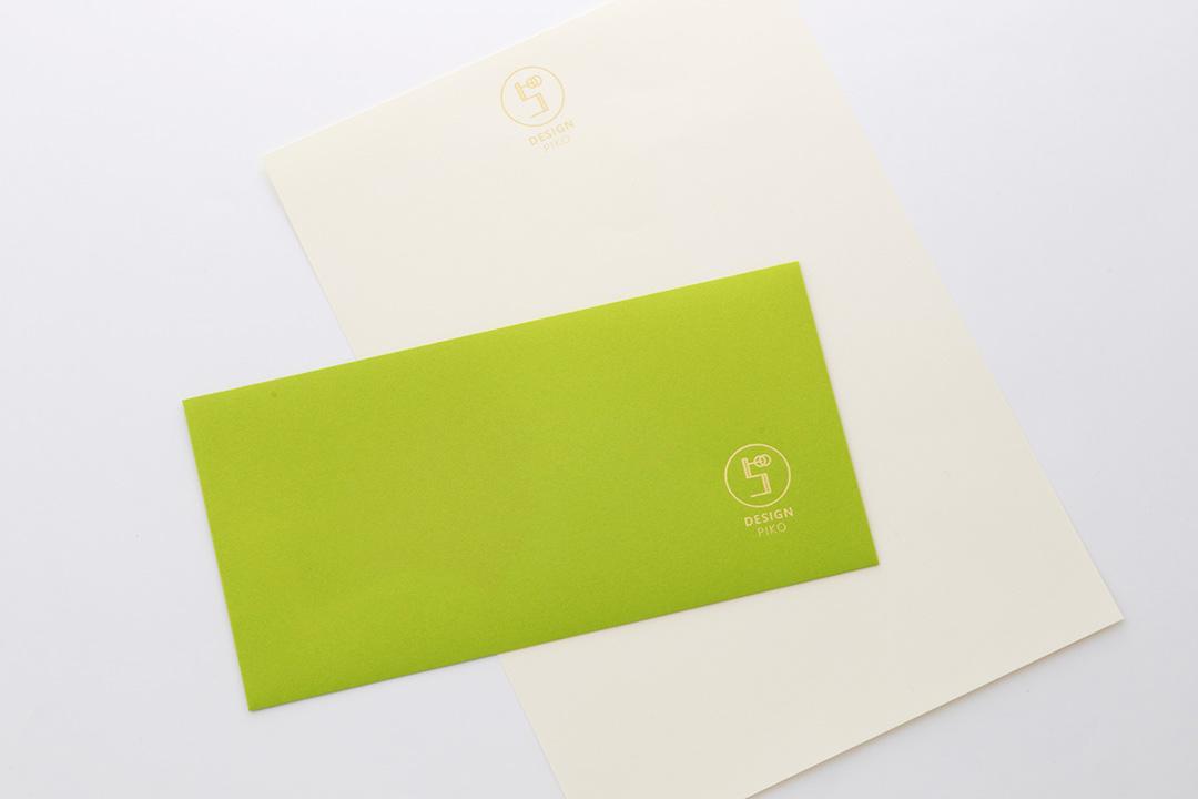 封筒の色:黄緑色<br>箔:メタリック金箔
