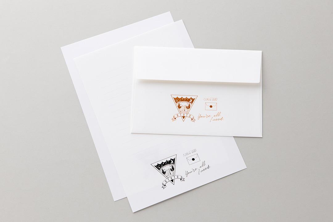 封筒の色:スノーホワイト封筒<br>箔:メタリック黒箔・サンセットオレンジ箔