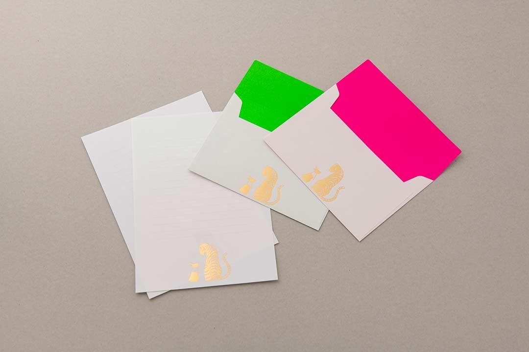 封筒の色:ネオングリーンinホワイト封筒・ネオンピンクinホワイト封筒<br>箔:つや消し赤金箔101