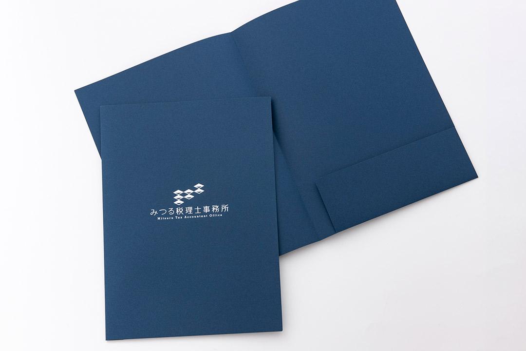 紙:A4サイズポケットフォルダー ネイビー 片ポケット<br>箔:つや消し銀箔
