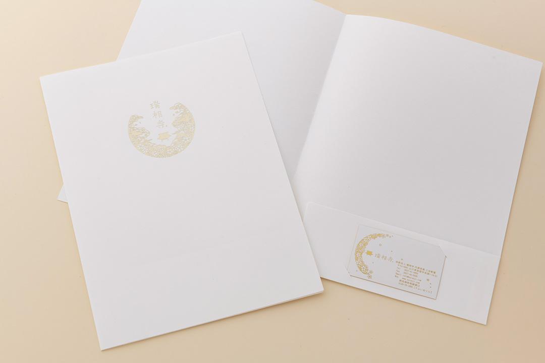 紙:A4サイズポケットフォルダー ホワイト 片ポケット<br>箔:シルキーシャンパン箔