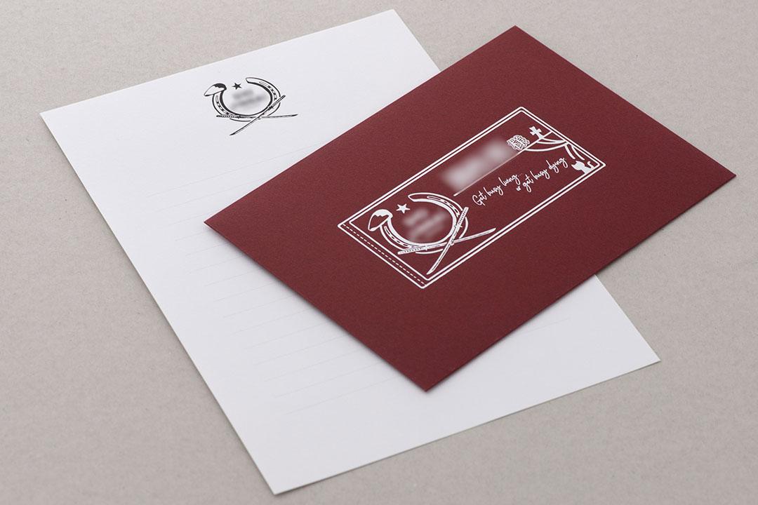 封筒の色:ワイン<br>箔:メタリック銀箔・メタリック黒箔