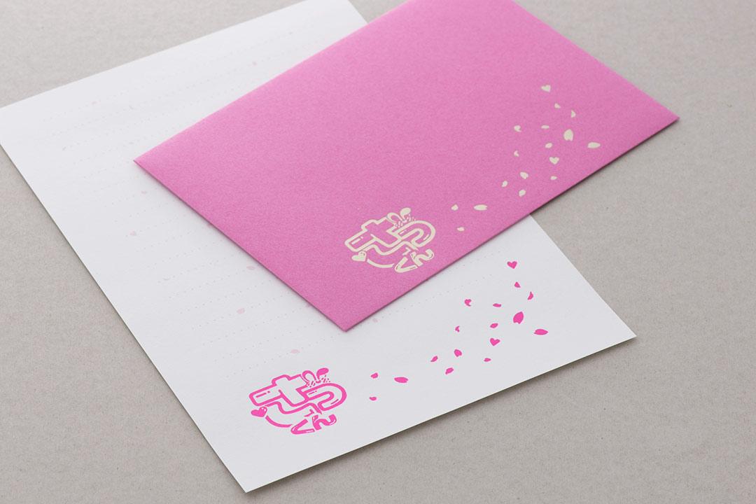 封筒の色:ピンク<br>箔:シルキーシャンパン箔・顔料白箔・メタリックピンク箔